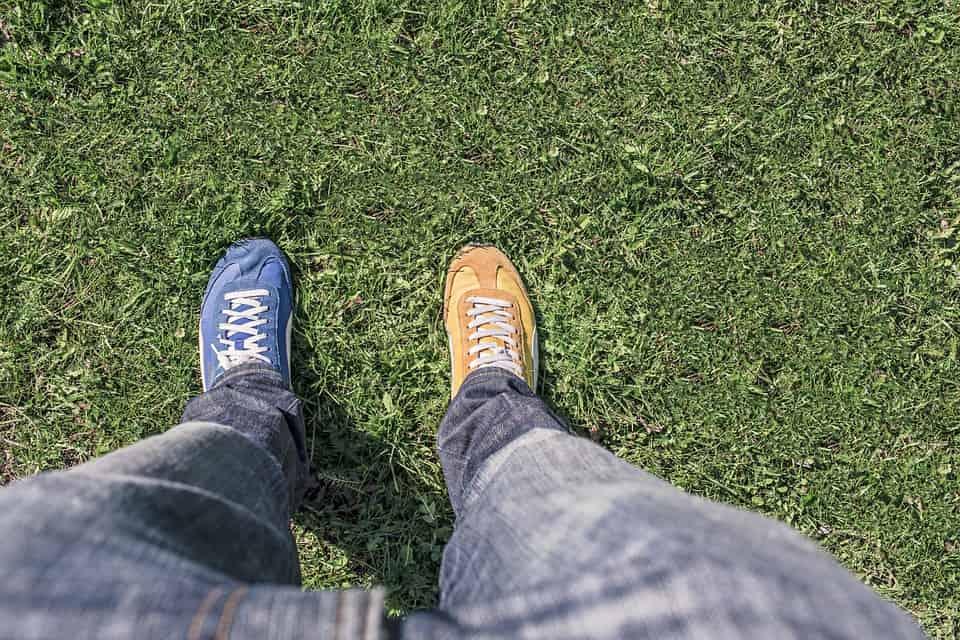 حذاء مختلف الألوان