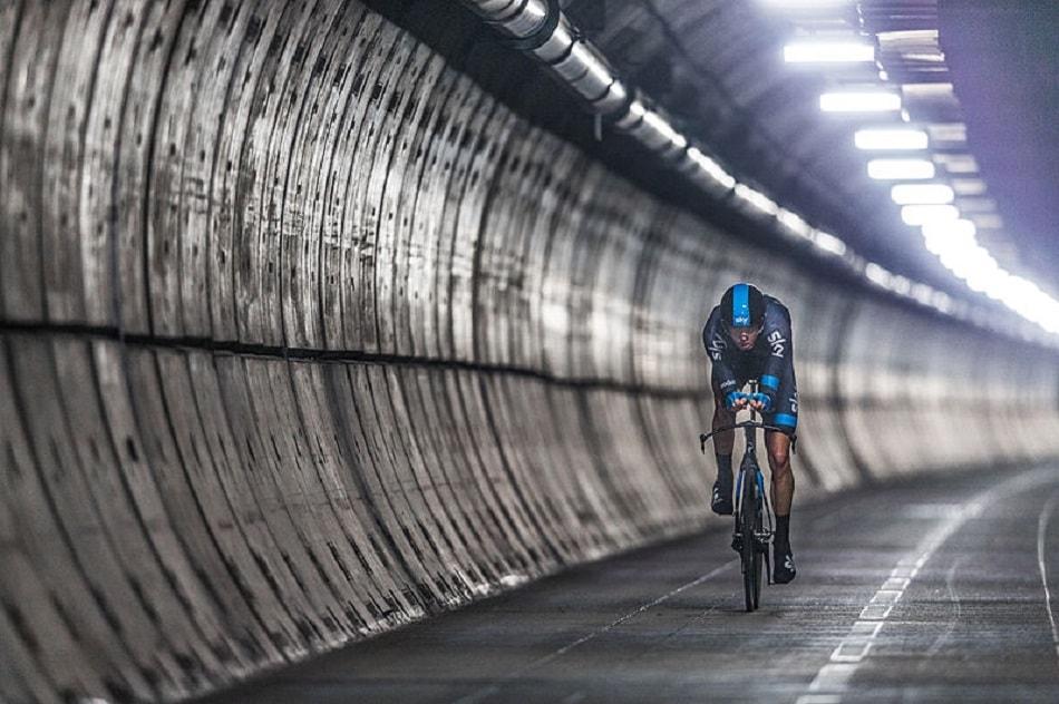 رجل يقود دراجة