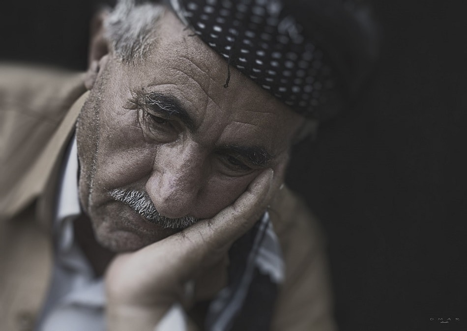 رجل عجوز يشعر بالذنب