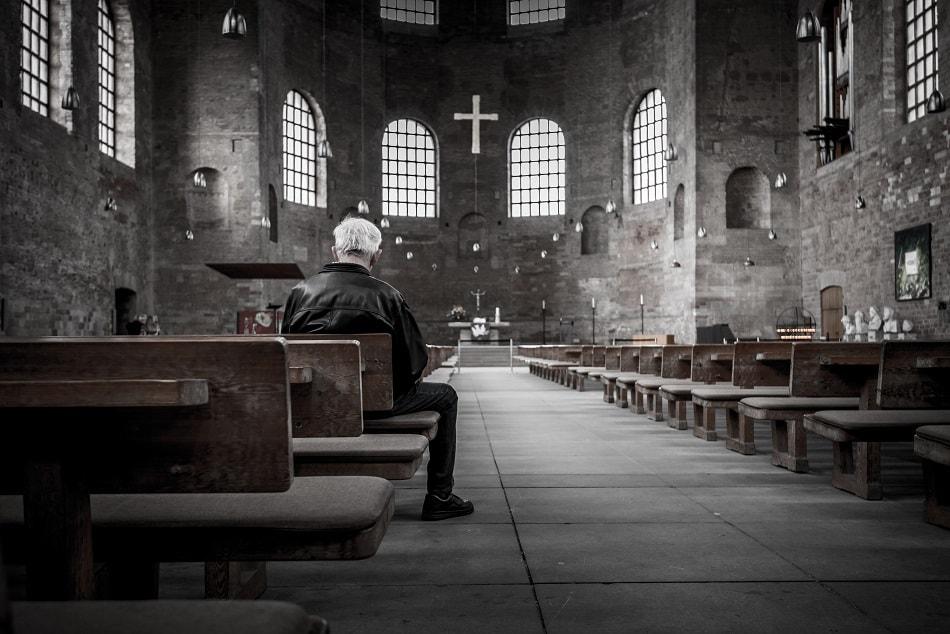 رجل يصلي في الكنيسة