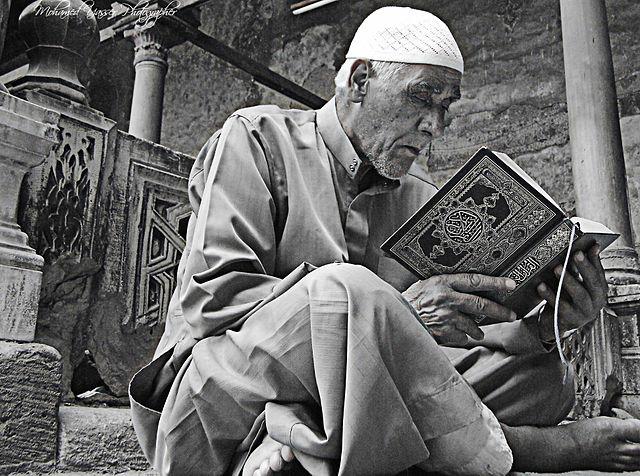 رجل يقرأ القرآن
