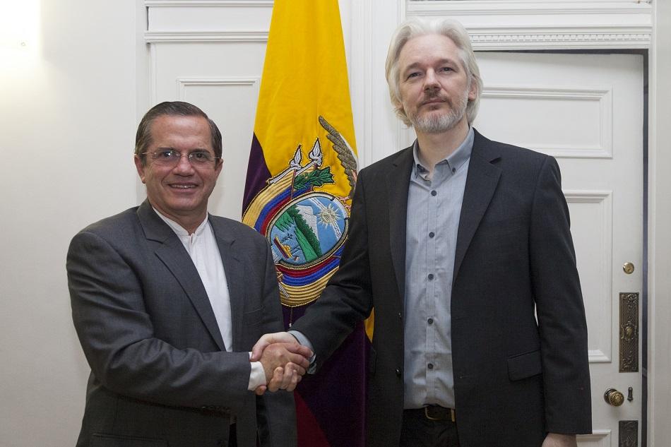 جوليان أسانج مع وزير خارجية الإكوادور في السفارة