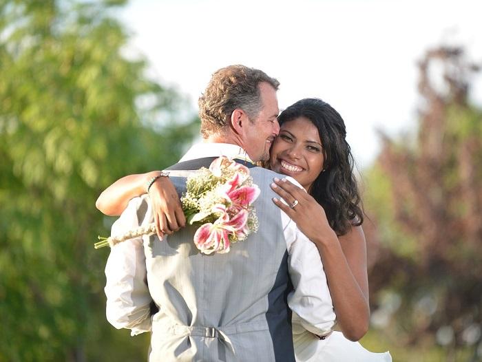 رجل وامرأة في حفل زفاف