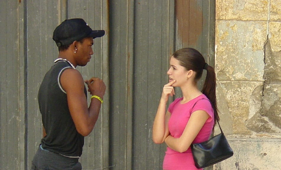 شاب وفتاة يتحدثان في الشارع