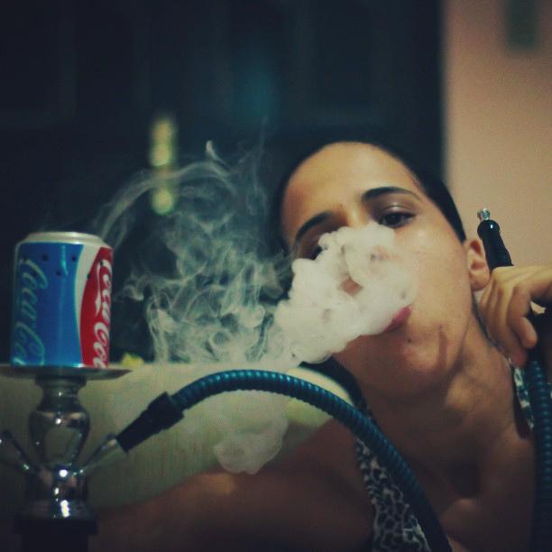 إمرأة تدخن الشيشة