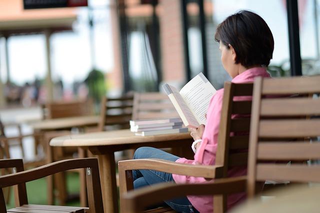 سيدة تقرأ