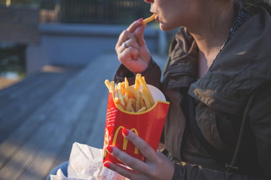 امرأة تأكل بطاطس ماكدونالدز