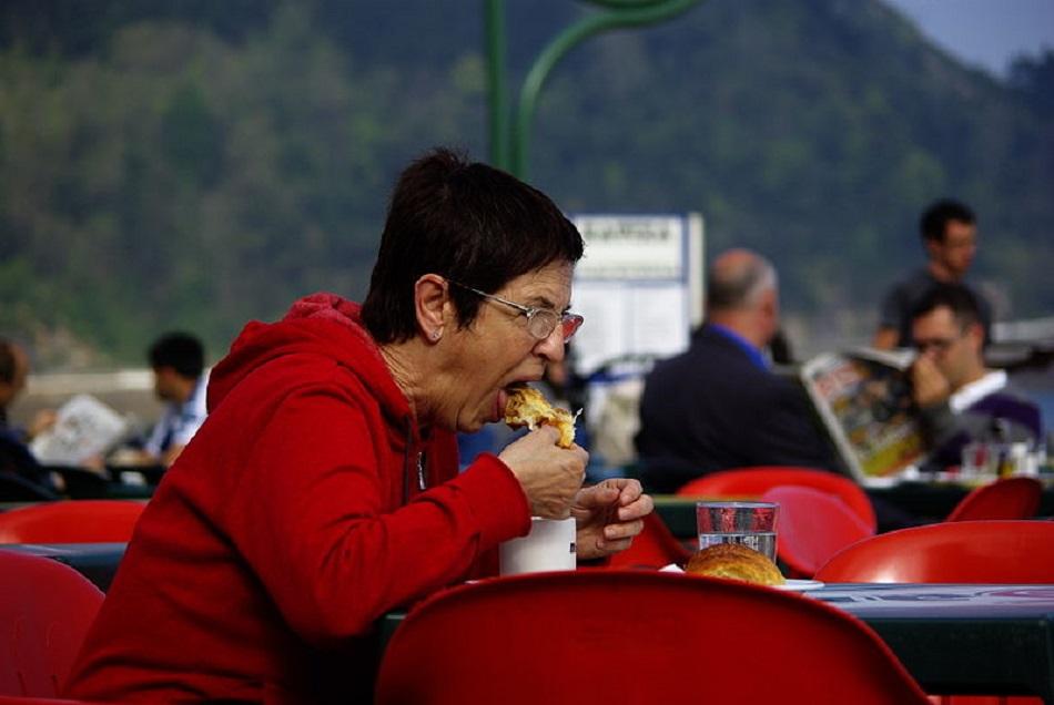امرأة عجوز تأكل كرواسون