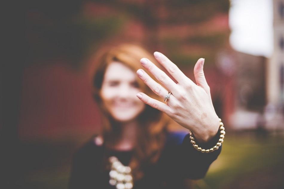 امرأة ترفع خاتم الزواج