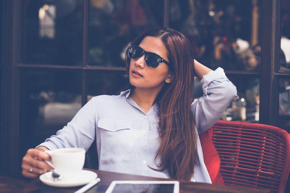 فتاة في المقهى
