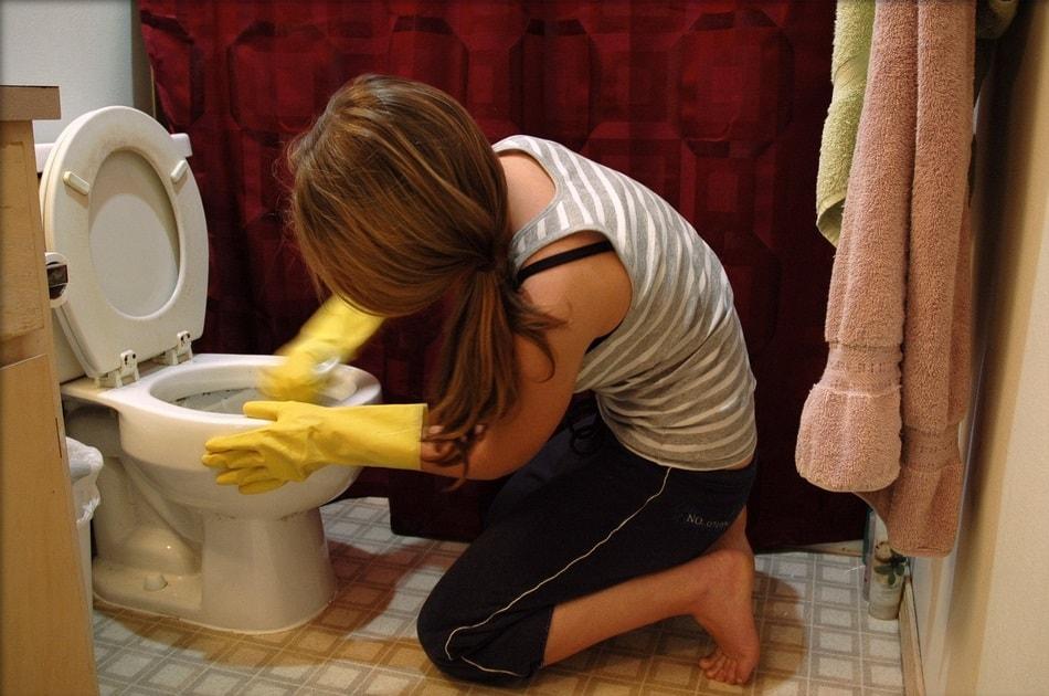 فتاة شابة تنظف حمام المنزل