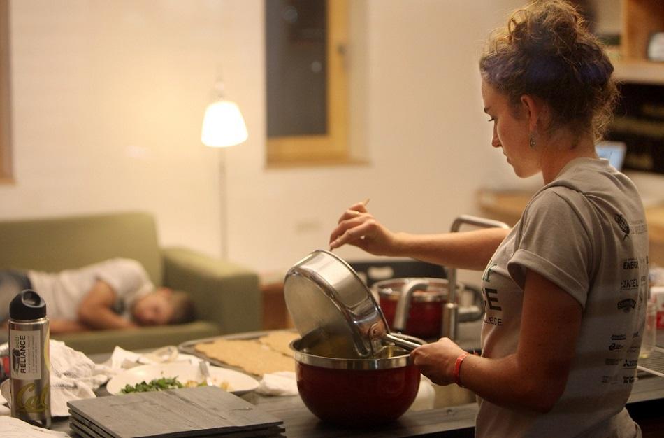 فتاة شابة تطبخ بينما زوجها نائم