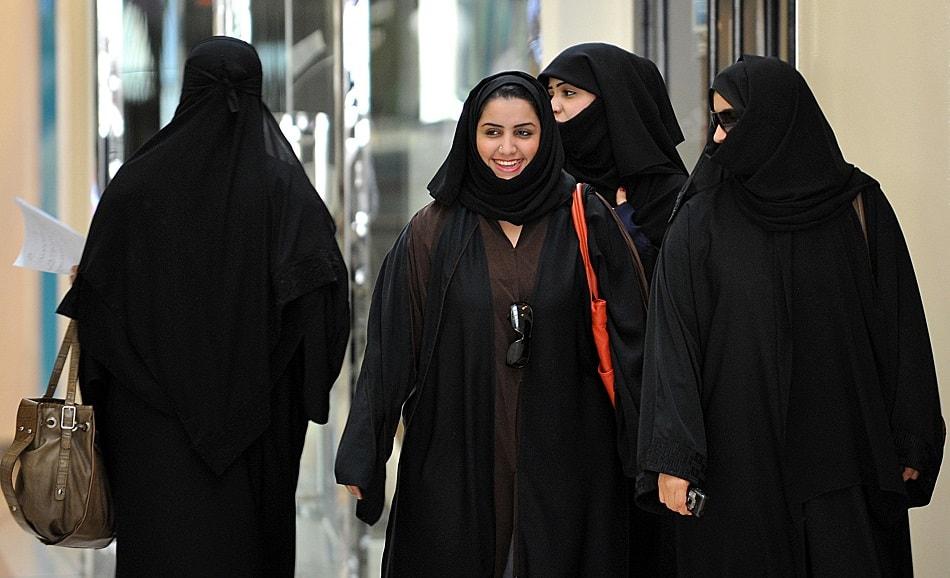 نساء سعوديات يرتدين الحجاب والنقاب ويتمشين في مركز تجاري