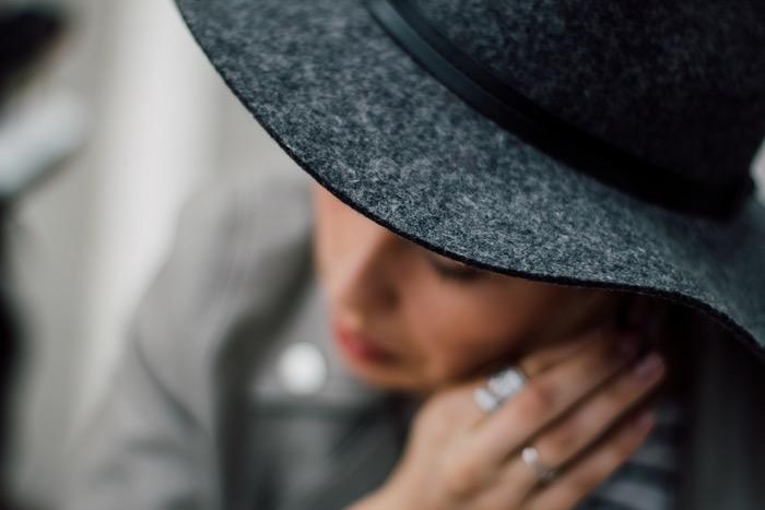 امرأة ترتدي قبعة