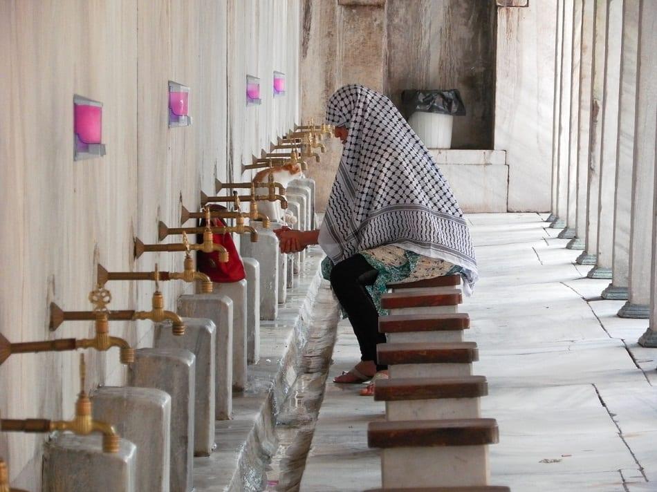 امرأة تتوضأ استعدادا للصلاة