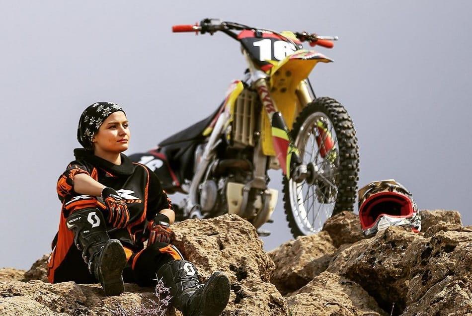 الإيرانية بهناز شفيعي تجلس إلى جوار الدراجة النارية