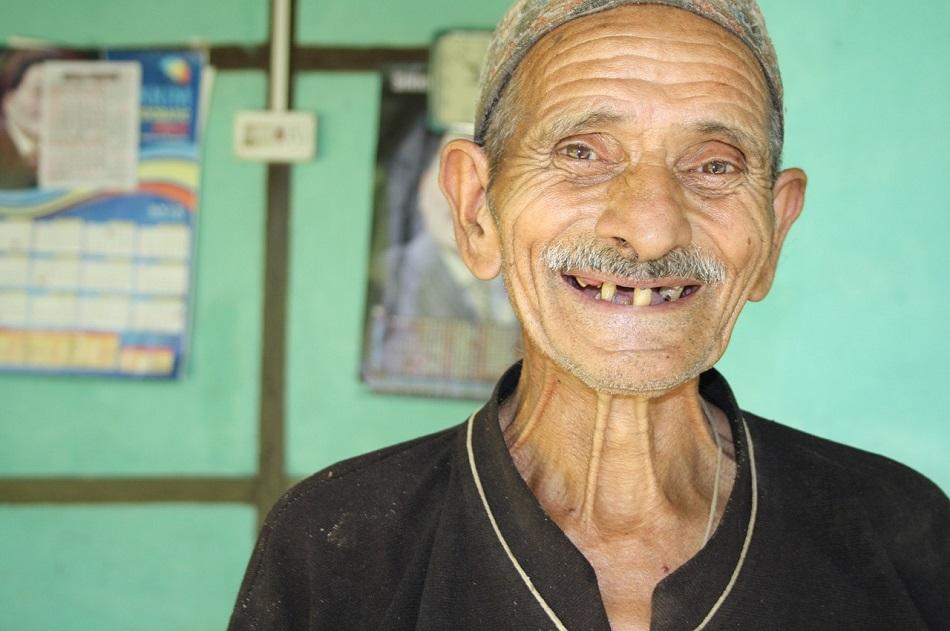 رجل عجوز يبتسم في سعادة