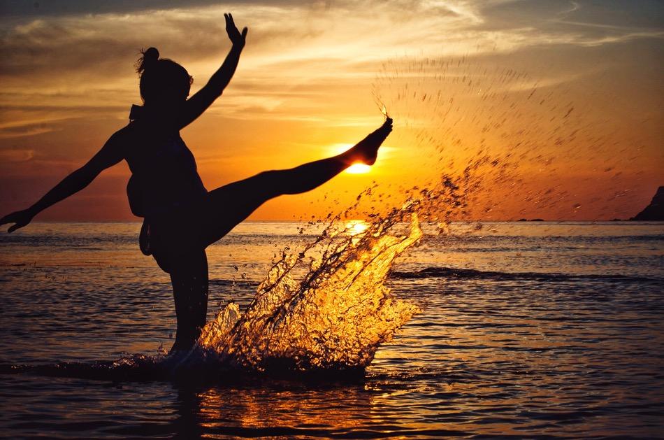 فتاة تقفز في مياه البحر بسعادة