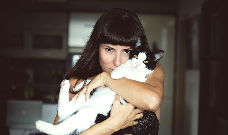 فتاة تحمل قطة