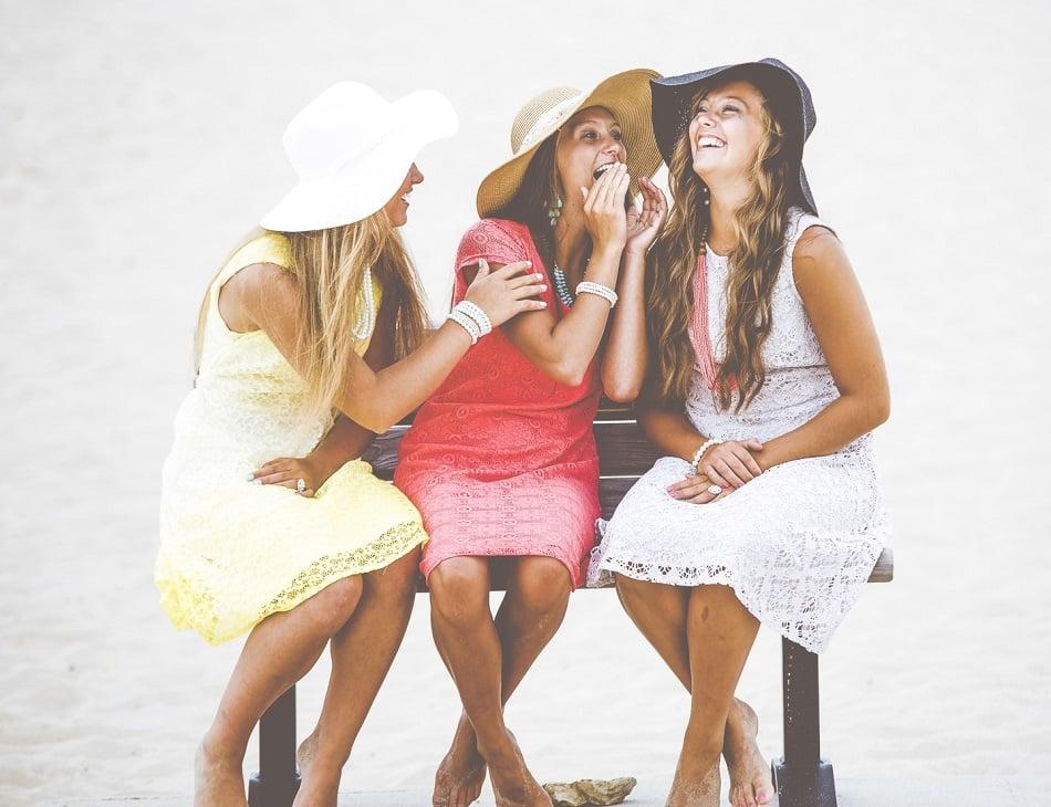 ثلاث قتيات يضحكن على شاطئ البحر