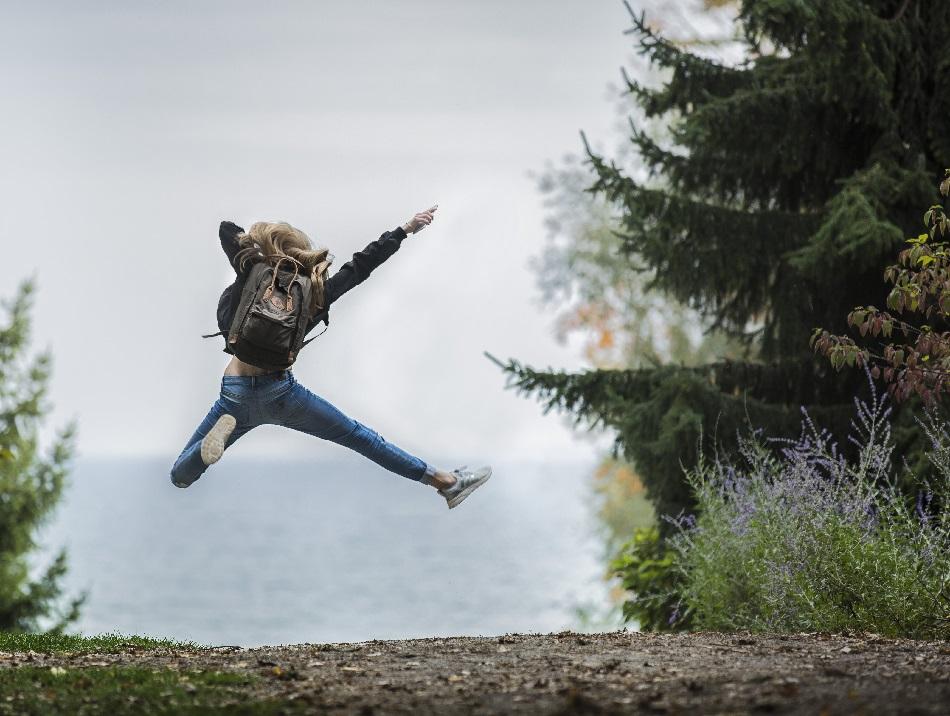 فتاة تقفز في سعادة