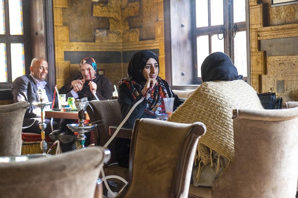 مجموعة من النساء في مقهى