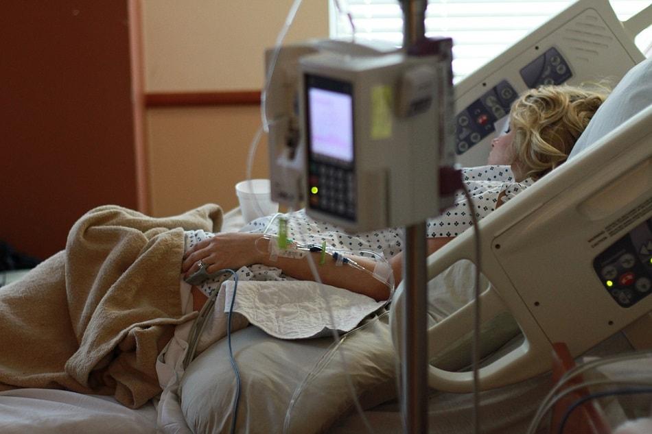 فتاة ترقد على سرير في مستشفى