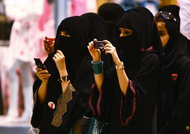 نساء سعوديات يصورن بهواتف محمولة