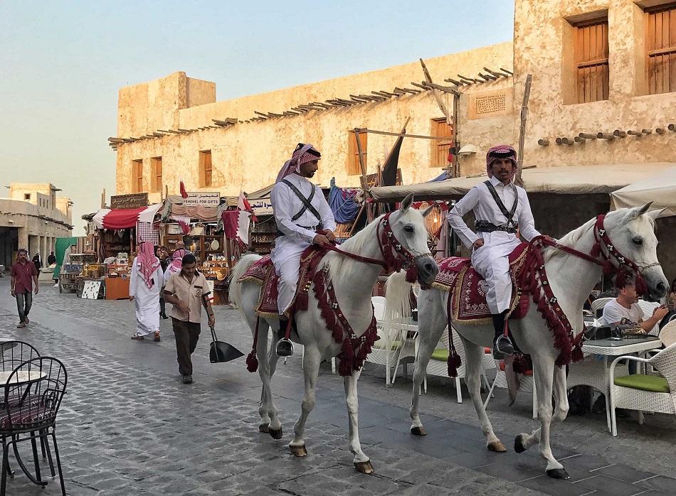رجلان يركبان حصانين