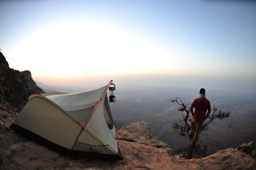 شباب يقف على قمة جبل في عمان