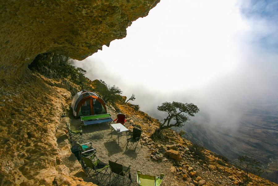 المنظر كما يبدو من فوق قمة أحد جبال عمان