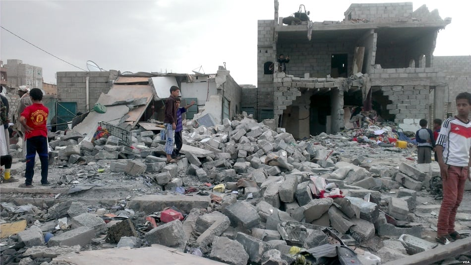 آثار غارة جوية من عاصفة الحزم على منازل اليمنيين