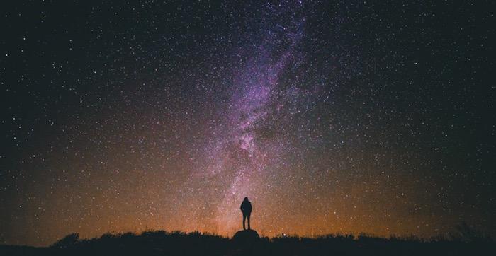 شخص يتأمل سماء مرصعة بالنجوم