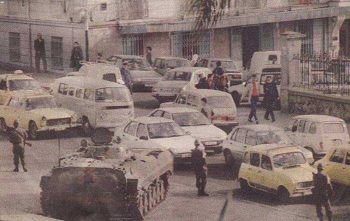 الجيش الجزائري في شوارع العاصمة بعد إلغاء الانتخابات 1991