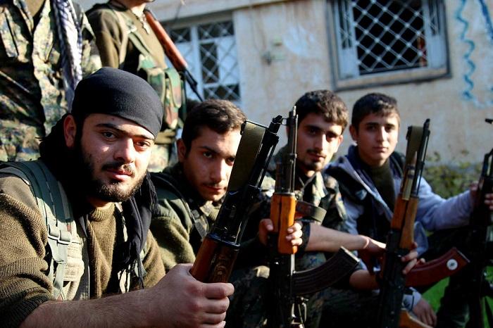 شباب يحملون السلاح