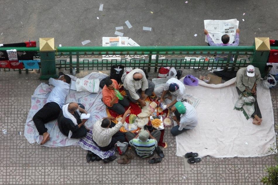 متظاهرون يأكلون في ميدان التحرير خلال ثورة 25 يناير