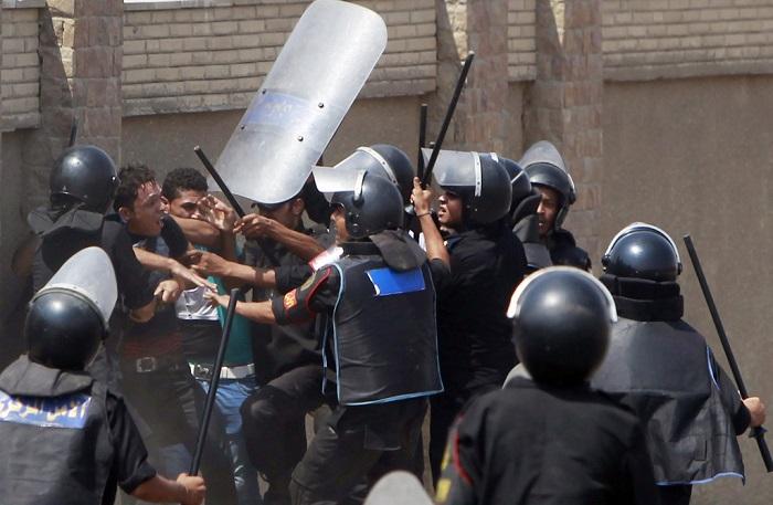 الشرطة المصرية تضرب شخصا