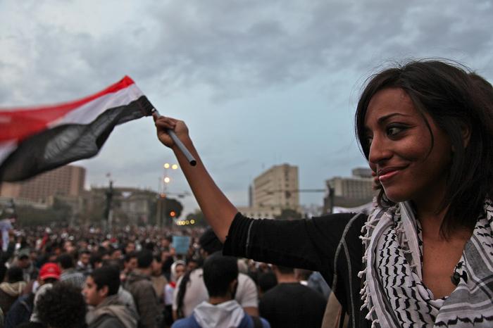متظاهرة ترفع علم مصر في ميدان التحرير