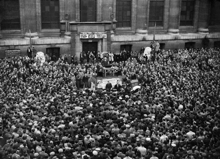 حشد من الناس يستمع لخطبة شيوعية في بريطانيا