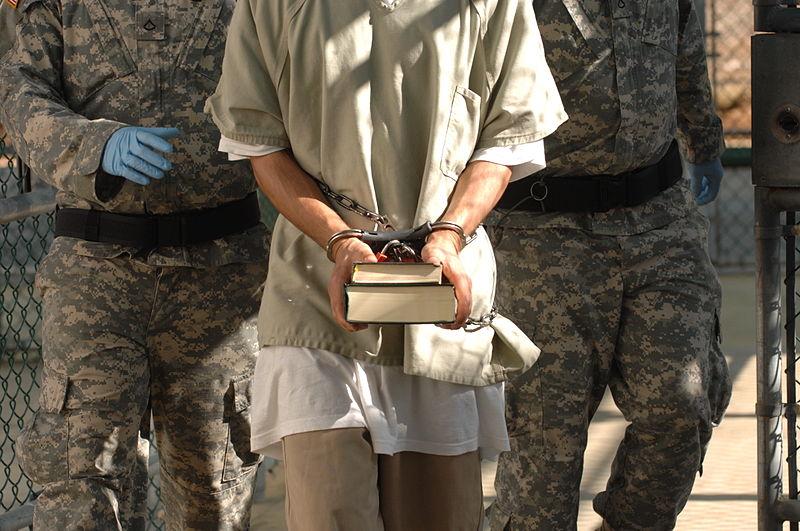 معتقل يحمل كتب في غوانتانامو