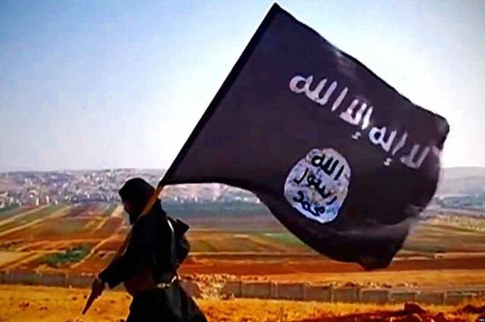 أحد جنود داعش يرفع راية العقاب