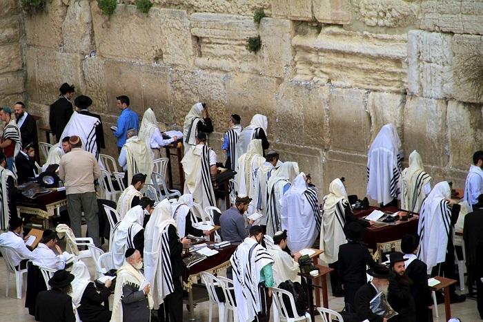 مجموعة من اليهود يصلون أمام حائط المبكي