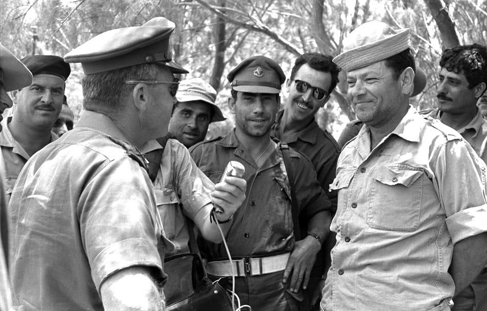 رئيس أركان الجيش الإسرائيلي إسحق رابين يتحدث مع جنوده خلال حرب 1967