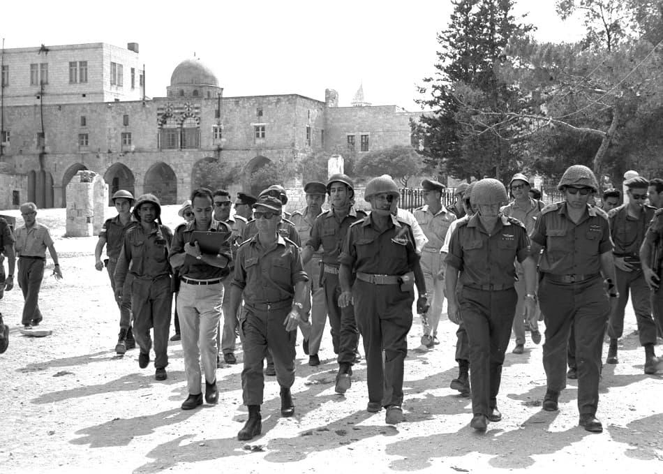 وزير الدفاع الإسرائيلي موشى ديان يتمشى مع جنوده خلال نكسة 1967
