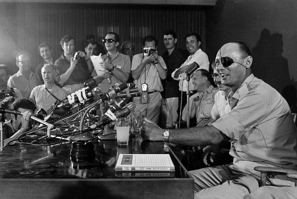 موشى ديان خلال مؤتمر صحفي بعد الانتصار في حرب 67