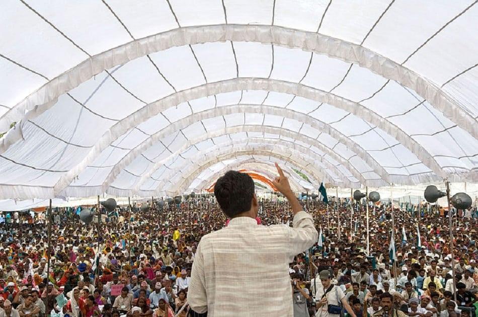 زعيم هندي يتحدث أمام الشعب