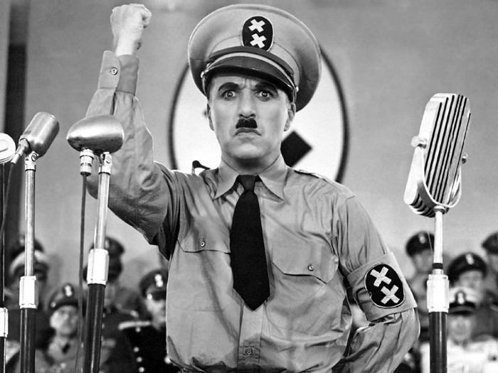 تشارلي تشابلن يؤدي دور هتلر في أحد أفلامه