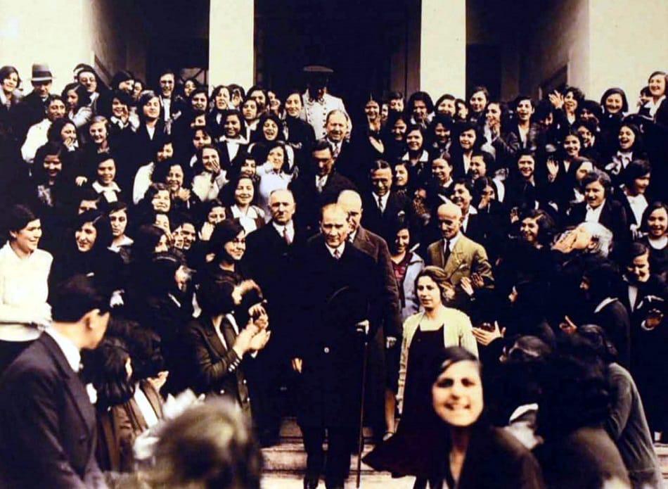 مصطفى كمال أتاتورك مؤسس تركيا الحديثة في جامعة إسطنبول عام 1933