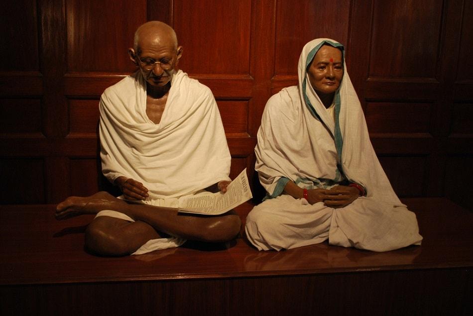 تمثال للمهاتما غاندي مع زوجته
