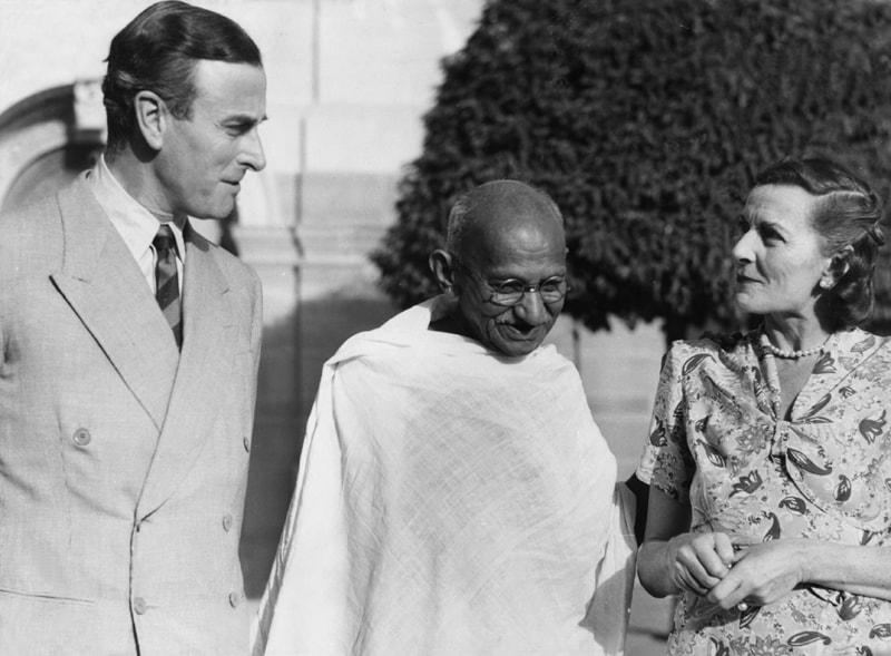 المهاتما غاندي مع الدوق الإنجليزي ماونتباتن وزوجته